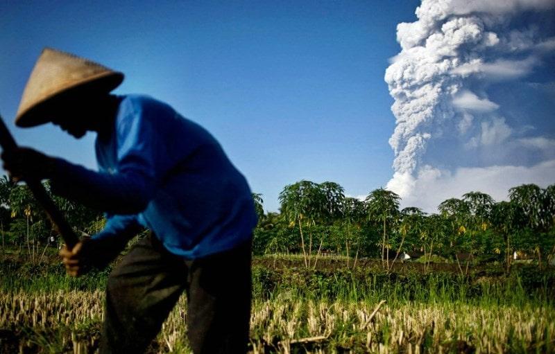 соседство вулкана и людей