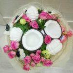 Букет с половинками кокосов, розами и сладостями